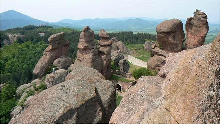 Một mỏm đá kỳ lạ mang dáng dấp của một khuôn mặt người đang suy tư nhìn xuống.