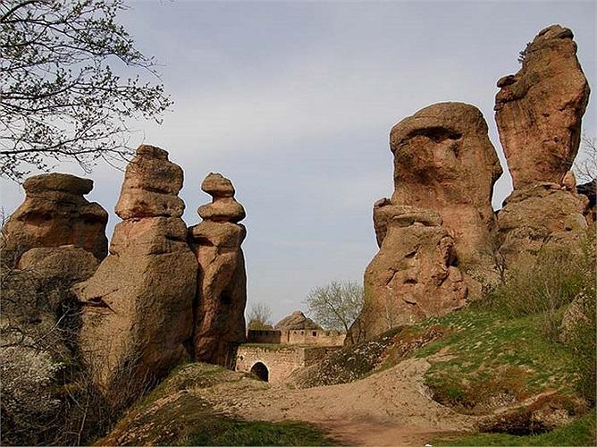 Khu vực Balkan rất nổi tiếng với những truyền thuyết và huyền thoại từ thời trung cổ, trong đó có rất nhiều câu chuyện về tòa thành đá Belogradchik này.