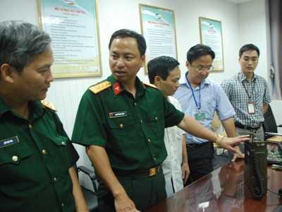 Viện trưởng Viện Nghiên cứu & Phát triển Viettel, thượng tá Nguyễn Đình Chiến (thứ 2 trái sang) đang giới thiệu các thiết bị.