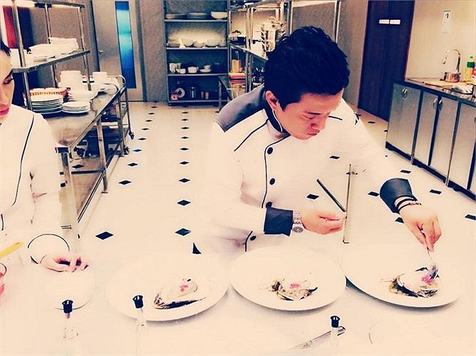 Còn đây là Lam Trường trong vai trò đầu bếp.