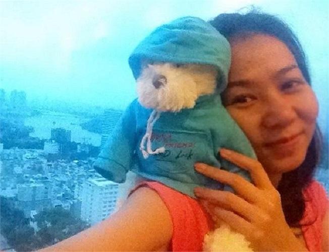 Thu Minh bên chú thú bông đáng yêu.