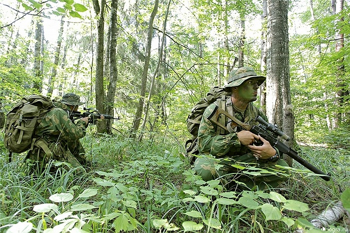 Bắt đầu buổi luyện tập bằng việc hành quân 5km trong rừng