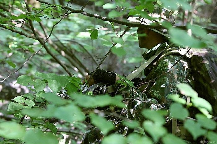 Khi nhận được báo động từ đồng đội, tất cả sẽ hòa vào rừng và căng mắt tìm kiếm kẻ thù