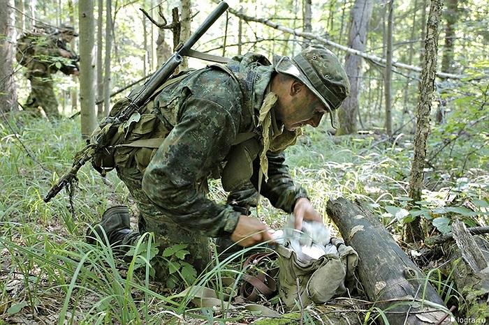Các chiến binh còn phải luyện tập băng bó, sơ cứu cho đồng đội khi bị thương