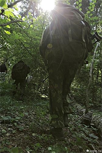 Di chuyển nhẹ nhàng và kín đáo trong rừng