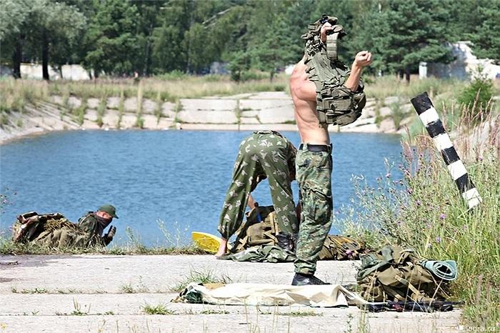 Nhiệm vụ đầu tiên và gói quần áo, vũ khí vào gói đồ để đảm bảo mọi thứ đều khô ráo sau khi vượt sông