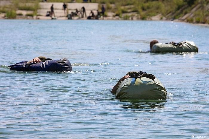 Bơi qua sông với túi quân trang bọc kín