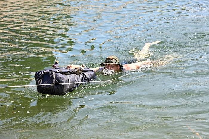 Sau khi tiếp cận bờ bên kia, nếu mọi thứ đều ổn họ sẽ dùng dây hỗ trợ đồng đội vượt sông