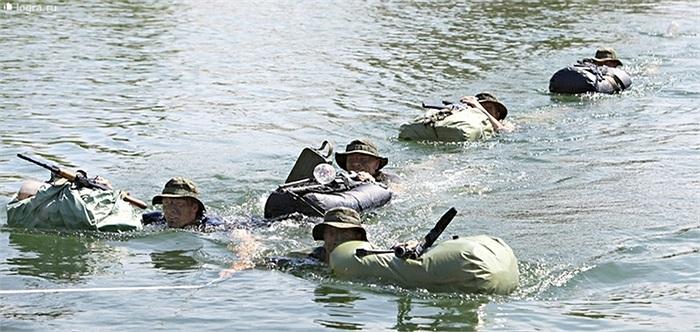 Các binh sĩ trước khi kết thúc bài huấn luyện cuối