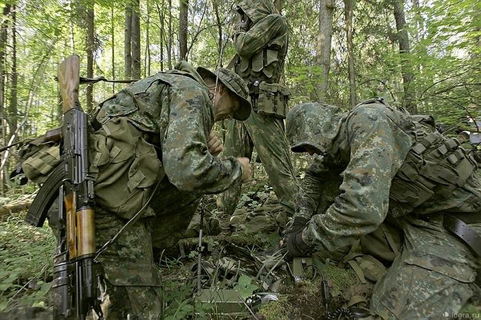 Các binh sĩ đổ chất lỏng màu đỏ vào các bao cao su trước khi tập kích