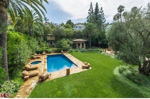 Căn biệt thự mới được nữ ca sỹ Christina Aguilera tậu vào tháng 5/2013 với giá 13,5 triệu USD, khoảng 270 tỷ đồng.