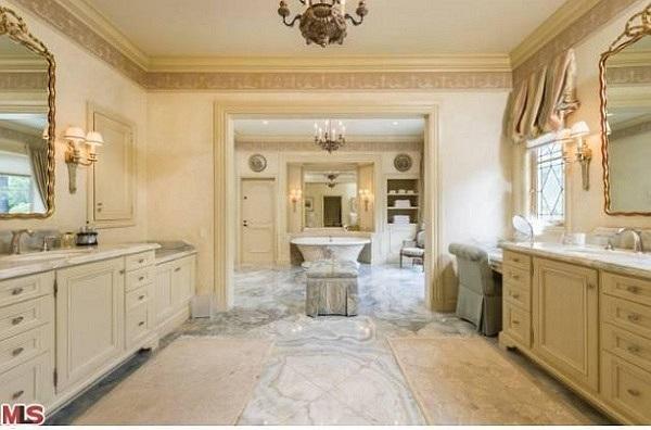 Được biết căn biệt thự hạng sang này nằm giáp với thành phố Beverly Hills và Sherman Oaks. Đây cũng là nơi sinh sống của rất nhiều ngôi sao nổi tiếng như Robbie William, Paris Hilton…