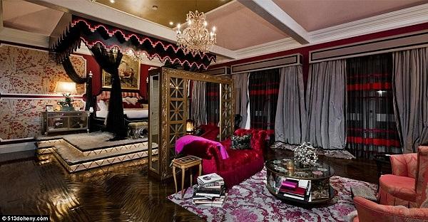 Phần lớn đồ nội thất trong ngôi biệt thự được nữ ca sỹ trang trí bằng tông màu đỏ và hồng.
