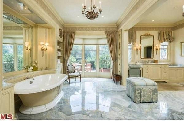 Với tổng diện tích trên 10.000 m2, 6 phòng ngủ, 9 phòng tắm và được xây dựng theo phong cách Địa Trung Hải.