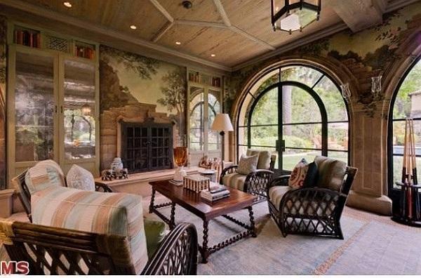 Duy chỉ có phòng khách được sơn màu tối, tạo không khí ấm cúng.