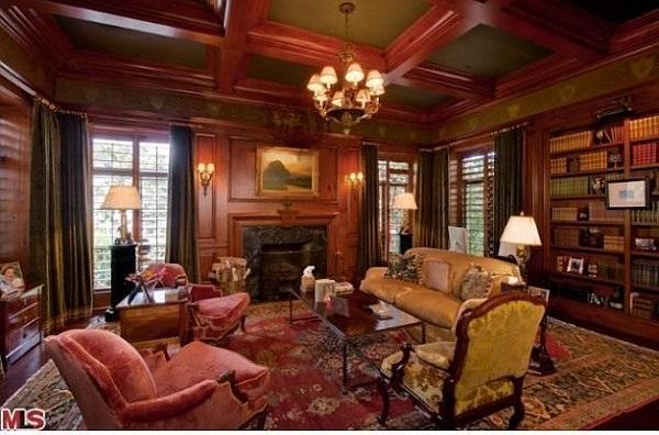 Trần nhà được lợp bằng loại gỗ đặc biệt, tường được sơn tay cẩn thận chống ẩm ướt, hệ thống lò sưởi được lắp đặt cho toàn bộ ngôi nhà.