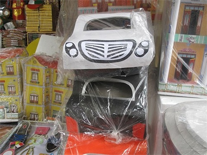 Một mẫu Mercedess (màu trắng)
