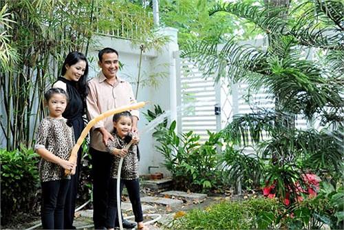 Không như các ngôi sao khác, MC Quyền Linh chọn vùng ngoại ô Quận 7 TP.HCM làm nơi an cư.