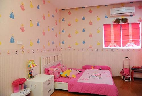 Giấy dán tường, ga gối, chăn đệm cùng rèm cửa đều dùng những màu sắc mạnh như hồng, đỏ, vàng, xanh,...