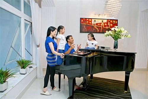 Phòng khách được trang trí bằng một cây đàn piano. Quyền Linh thường giúp hai cô con gái tập hát.