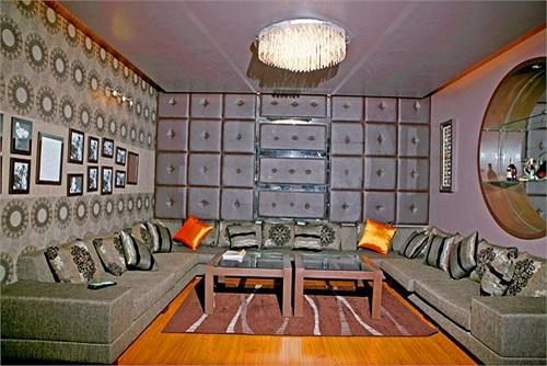 Quyền Linh cũng trang bị một phòng karaoke hiện đại để bạn bè giải trí khi có dịp tụ tập.
