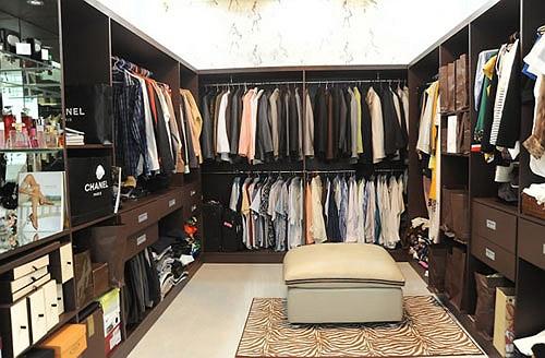 Đây là không gian rộng lớn để hai vợ chồng Quyền Linh lưu giữ những bộ đồ yêu thích.