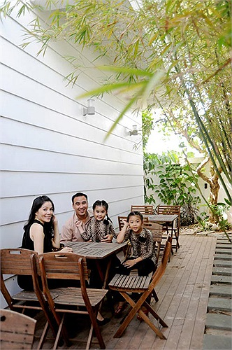 Hàng trúc rợp bóng mát là nơi thích hợp cho cả gia đình ngồi thư giãn trò chuyện mỗi buổi chiều.