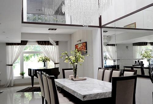 Chiếc bàn ăn dài hợp với không gian rộng của phòng bếp do chính tay bà xã Quyền Linh thiết kế.