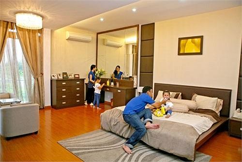 Phòng ngủ không có nhiều đồ trang trí tạo cảm giác thoáng đãng. Nội thất làm bằng gỗ nhẹ tiện dụng cho việc thay đổi phong cách.