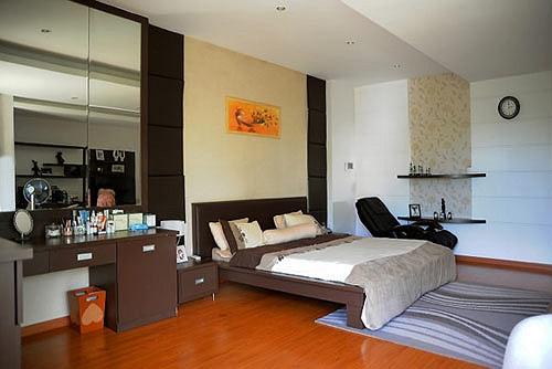 Gương soi, sàn gỗ với tấm thảm có hoa văn mềm mại tạo không gian tự nhiên nhưng rất thời trang.