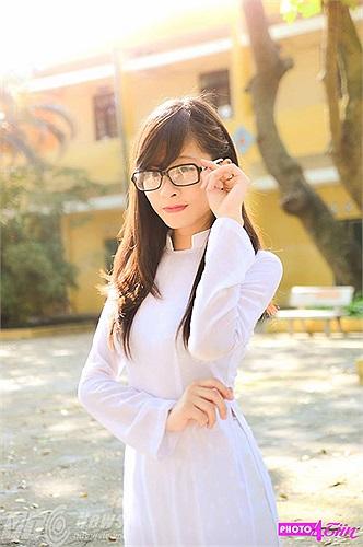 Những cô gái trường THPT Nguyễn Gia Thiều xinh xắn trong tà áo dài trắng