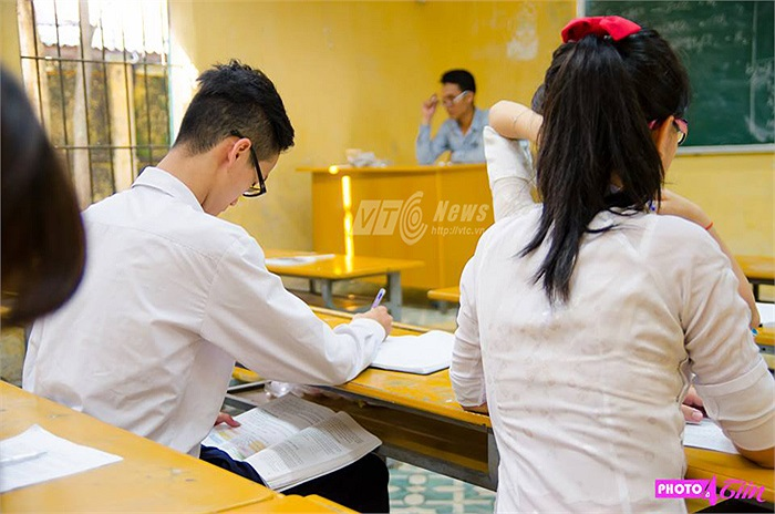 Các bạn học sinh trường THPT Nguyễn Gia Thiều đã lên ý tưởng công phu cho bộ ảnh của mình bằng việc chụp những bức ảnh có nội dung liên kết với nhau, kể về câu chuyện của một lớp học nhí nhố, nghịch ngợm và rất đáng yêu với những chiêu quay bài tinh