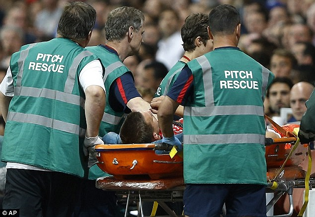 Podolski chấn thương dây chằng sau trận Arsenal-Fenebahce đêm qua. Tiền đạo người Đức sẽ phải nghỉ thi đấu 3 tuần