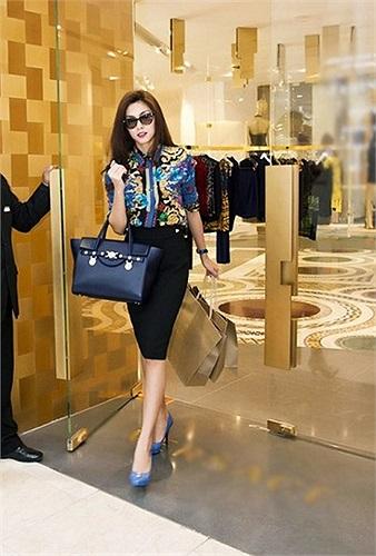 Từ chiếc túi Signature của thương hiệu Verace có giá hơn 50 triệu đồng.