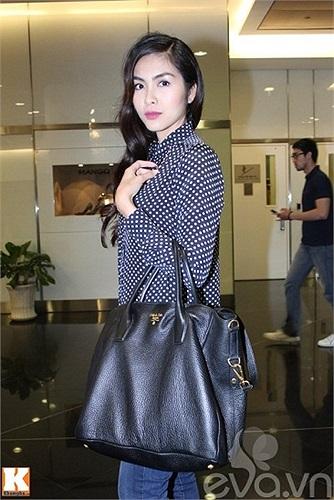 Chiếc túi màu đen của Parada cỡ lớn này có giá gần 60 triệu đồng.