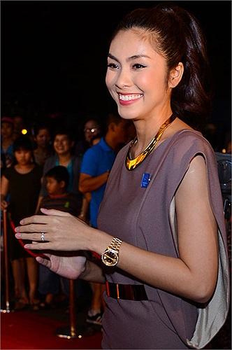 Được biết chiếc đồng hồ này do bố chồng Tăng Thanh Hà tặng sau đám cưới.