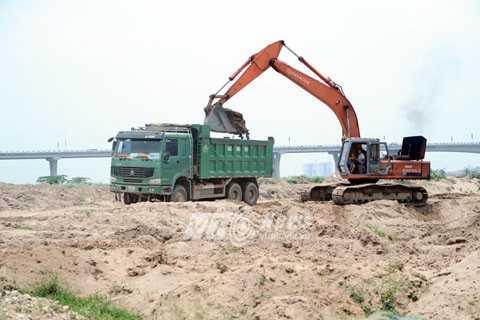 Khai thác cát ở cầu Vĩnh Tuy