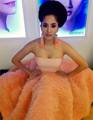 Khánh Thy trước giờ lên sóng chung kết bước nhảy hoàn vũ. Nữ hoàng dance sport diện một bộ váy rất đẹp và cầu kỳ.
