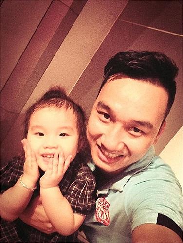MC Thành Trung lúc nào cũng quấn quýt bên con gái yêu.