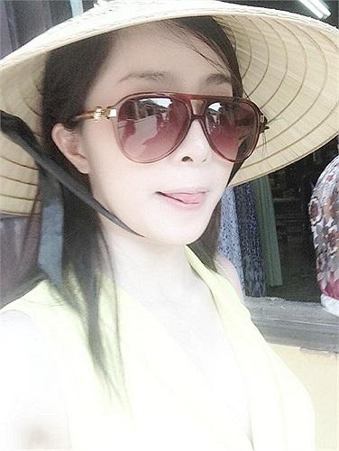 Cá sấu chúa Quỳnh Nga đội nón đi chơi.