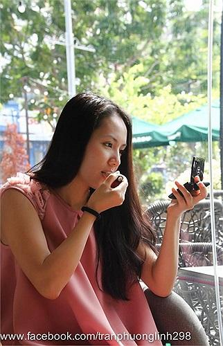 Phương Linh tự make up đi sinh nhật bạn.