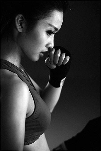 Ngoài bơi lội, aerobic, Khả Ngân còn chơi bóng rổ, tập yoga, nhảy hiện đại, sexy dance và tập boxing.