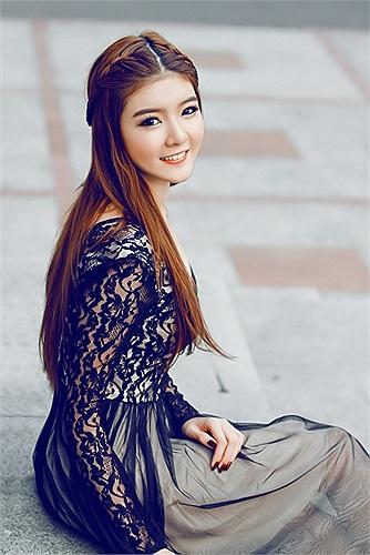 Lily Luta ngây thơ với những bộ váy trắng tinh khôi bỗng thay đổi hình ảnh, trở nên gợi cảm và quyến rũ hơn.