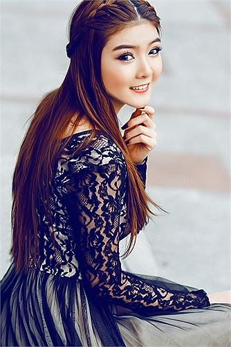 Lily Luta quyến rũ trong sắc đen cùng kiểu tóc tết bím đơn giản mà đẹp.