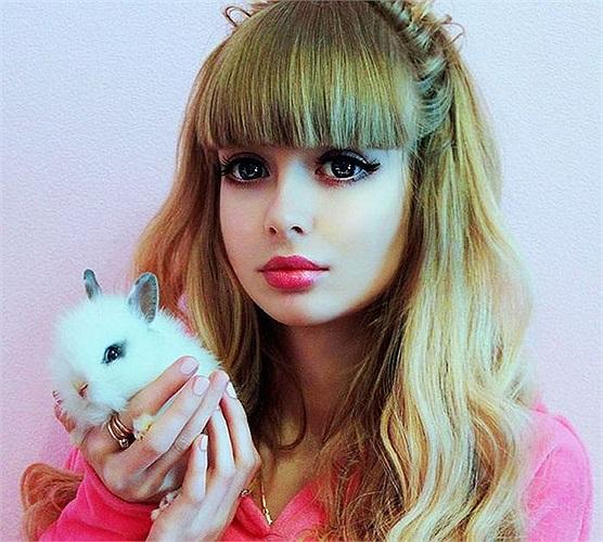 Nữ sinh Anzhelika Kenova năm nay 25 tuổi, hiện đang sinh sống tại Nga.