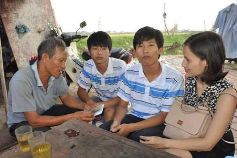 Chiều qua 12/8, Nhà báo Lê Bình  đã gửi đến gia đình thủ khoa Nguyễn Hữu Tiến