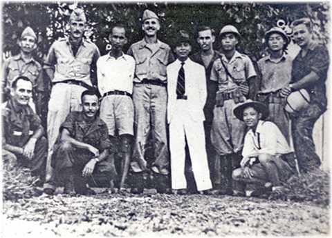 Bác Hồ và tướng Giáp chụp ảnh cùng toán Con nai của OSS tháng 8/1945