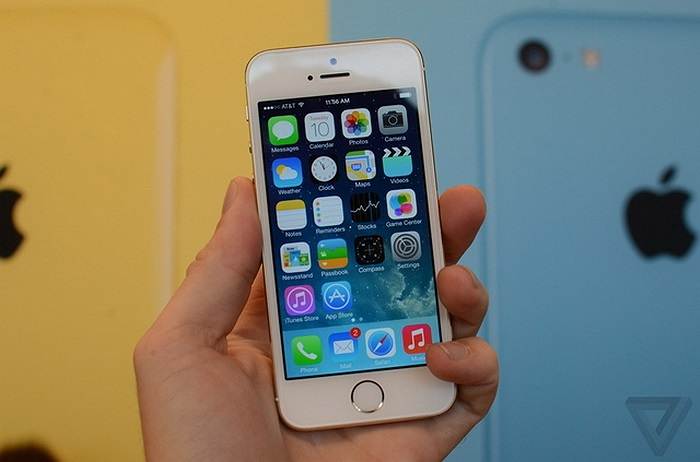 Tương tự như trường hợp từ iPhone 4 lên iPhone 4s, iPhone 5s không có nhiều thay đổi về thiết kế so với iPhone 5.