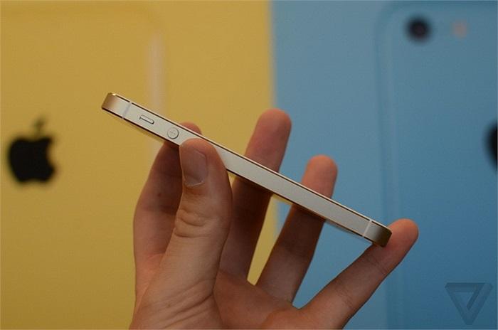 Vị trí các phím vật lý vẫn được bố trí như cũ, nút tăng giảm âm thanh là 1 ví dụ.