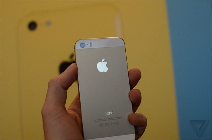 Ngoài màu đen và trắng, iPhone 5s còn có thêm màu vàng sâm panh